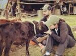 बकरी को Kiss करती नजर आईं अनुष्का शर्मा, विराट कोहली के साथ Cute तस्वीरों हो रही हैं वायरल