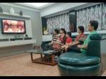 PIC OF THE DAY: पूरे परिवार के साथ रामायण देख रहे हैं टीवी के राम- तस्वीर वायरल