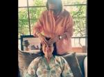 करीना कपूर खान ने मां से कराई सिर की मालिश, तनाव मुक्त नजर आ रहीं हैं एक्ट्रेस