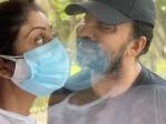 शिल्पा शेट्टी ने कोरोना पॉज़िटिव पति राज कुंद्रा को किया किस, शेयर की 'कोरोना प्यार है' वाली तस्वीर