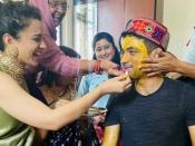 Pics of the Day: कंगना रनौत के भाई की शादी की रस्में शुरू, जमकर लगाई हल्दी