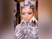 'अरब फैशन वीक' में उर्वशी रौतेला का 22 कैरेट सोने का मेकअप, रिकॅार्ड- बॉलीवुड की पहली एक्ट्रेस