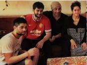 सनी देओल की पत्नी लिंडा और बेटों करण - राजवीर के साथ फैमिली फोटो वायरल