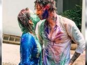 होली पर बोल्ड हुईं सनी लियोनी, पति को KISS करते आईं नजर- देखिए तस्वीरें
