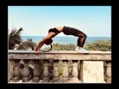 मलाइका अरोड़ा ने बाउंड्री पर चढ़कर दिया सेक्सी योगा पोज, फोटो देखकर खुल जायेंगी आंखें
