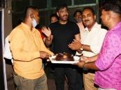 अजय देवगन ने फैंस के साथ सेलिब्रेट किया बर्थडे, घर से बाहर निकलकर काटा केक- देंखे तस्वीरें
