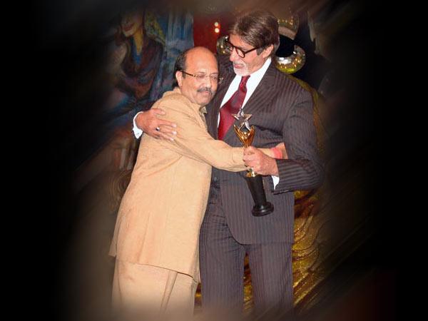 <strong>अमिताभ ने लगाया अमर सिंह को गले तो अभिषेक ने पैर छुए</strong>