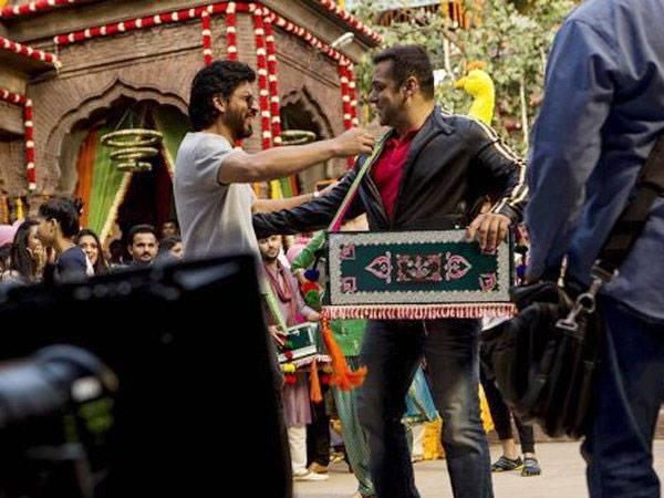 ''सलमान खान, शाहरूख खान फिल्म सेट पर हमेशा लेट आते हैं....''
