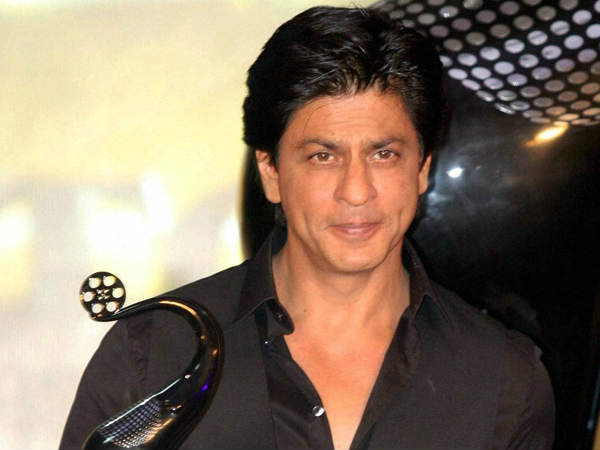 shahrukh-khan-s-car-hits-photographer-actior-rushes-him-to-hospital