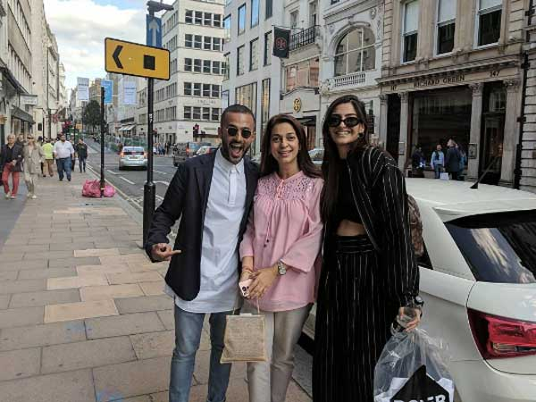 sonam-kapoor-bumps-into-juhi-chawla-in-london-see-pics