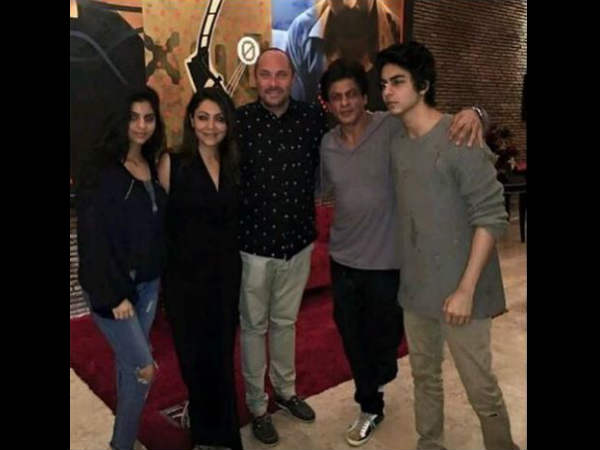 shahrukh-khan-clicked-with-aryan-suhana-and-gauri-but-abram-is-missing