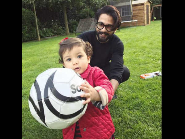 shahid-kapoor-spending-quality-time-with-daughter-misha-on-vacation