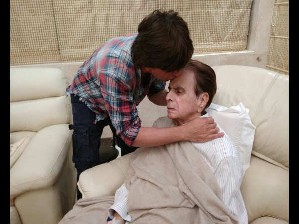 shahrukh-khan-visits-dilip-kumar-at-his-residence