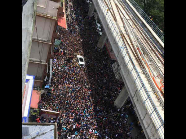 sunny-leone-fans-went-crazy-in-kochi