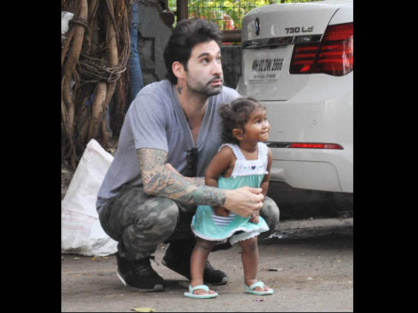 sunny-leone-daughter-nisha-spotted-playing-with-father