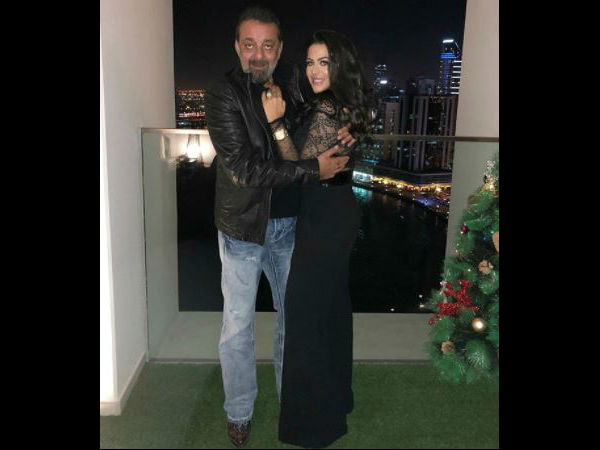 trishala-shares-pic-with-father-sanjay-dutt-and-family