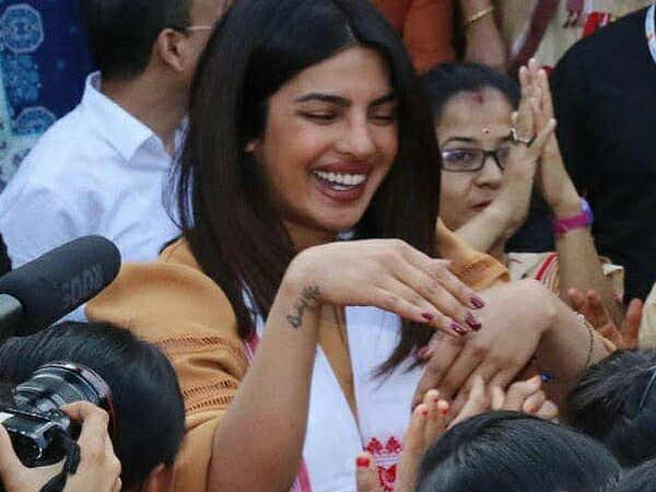 is-priyanka-chopra-wearing-mangalsutra-and-trying-to-hide-it-or-show-it-off