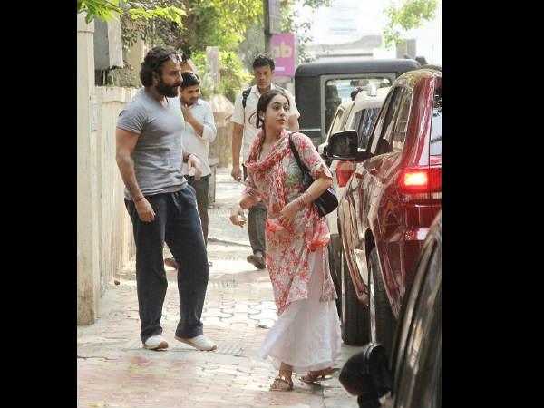 केदारनाथ: पापा सैफ के साथ दिखी सारा अली खान, निर्देशक अभिषेक कपूर से मिले