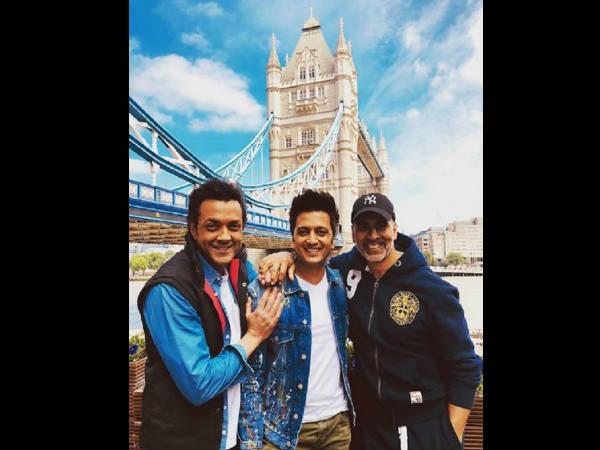 लंदन ब्रिज के सामने पोज देते हुए नजर आए अक्षय कुमार, रितेश देखमुख और बॉबी देओल