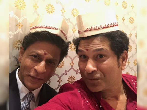 shahrukh-khan-sachin-tendulkar-pose-a-selfie-at-akash-ambani-s-engagement