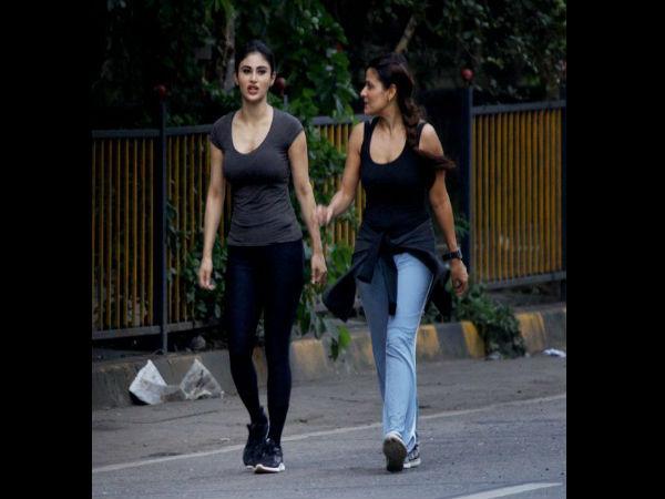 मुंबई की सड़को पर मौनी रॉय का बिंदास अंदाज, दोस्त के साथ घूमती कैमरे में कैद