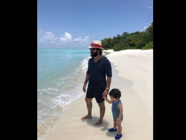 समुद्र किनारे मस्ती कर रहे है तैमूर अली खान, पापा सैफ के साथ वायरल हुई Cool तस्वीर