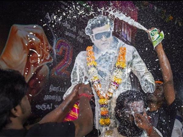 2.0 Crazy Fans: रजनीकांत के पोस्टर्स पर फैंस ने चढ़ाया दूध, शरीर पर बनावाया टैटू, Pics