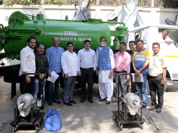 अमिताभ बच्चन ने सफाईकर्मियों को गिफ्ट की 25 मशीनें, अब गंदी सीवर हाथ से नहीं साफ होगी