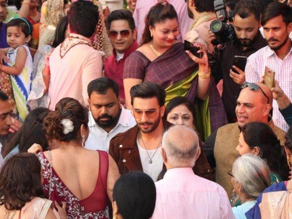 सिंबा प्रमोशन के दौरान एक शादी में घुसे रणवीर सिंह, चौंक गए सभी लोग और दुल्हा-दुल्हन, Video