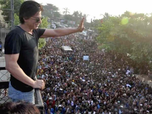 मुझे नहीं पता कि इतने सारे लोग मेरे घर के सामने भीड़ जमा करके खड़े क्यों होते हैं - शाहरूख खान