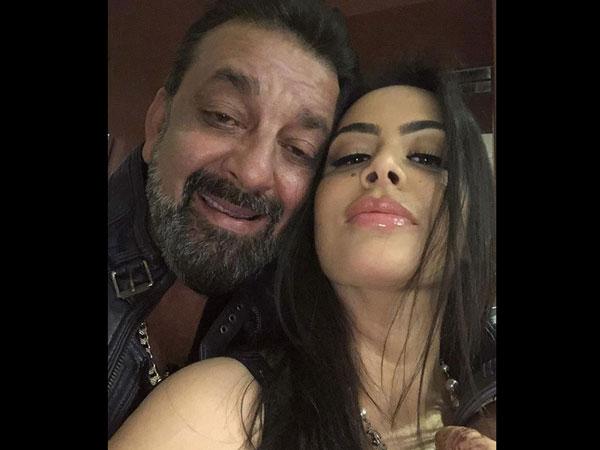 संजय दत्त ने बेटी के साथ पोस्ट की तस्वीर, भड़के यूजर्स ने बुरी तरह से किया ट्रोल, ये था कारण