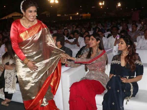 Image result for शिल्पा और रवीना एक दूसरे के साथ मस्ती