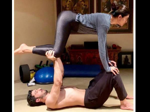 अपने बॉयफ्रेंड के साथ योगा करतीं सुष्मिता सेन- Latest PIC देखते रह जाएंगे