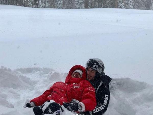 बर्फबारी के बीच प्रियंका और निक ने किया रोमांस, फिल्मी सीन से कम नहीं हैं तस्वीरें- Pics