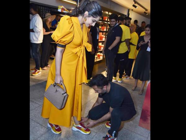 बीच बाजार पत्नी सोनम कपूर के जूतों की लेस बांधने लगे आनंद आहूजा- क्यूट PICS VIRAL