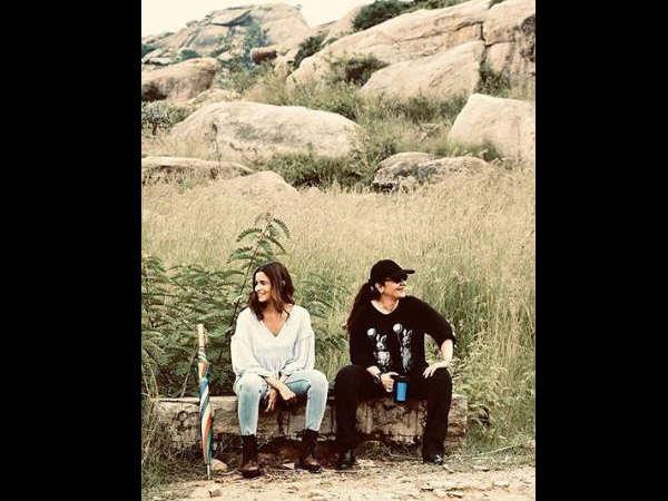 सड़क 2 के सेट से पूजा भट्ट के साथ आलिया भट्ट ने पोस्ट की शानदार तस्वीर