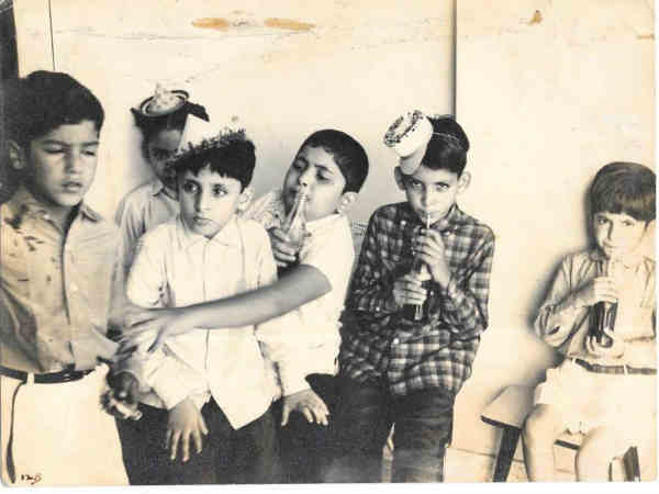 ऋषि कपूर ने अनिल कपूर के साथ शेयर की बचपन की तस्वीर, कोका कोला के लिए कर रहे झगड़ा?