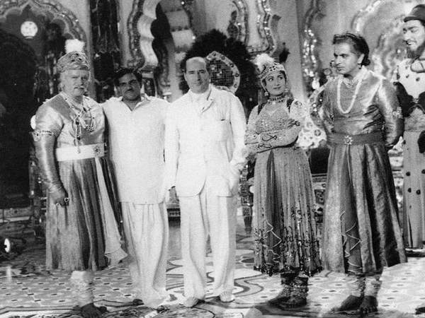 """दिलीप कुमार और मधुबाला की """"मुगल ए आज़म""""- ऋषि कपूर ने शेयर की सेट से RARE तस्वीर"""