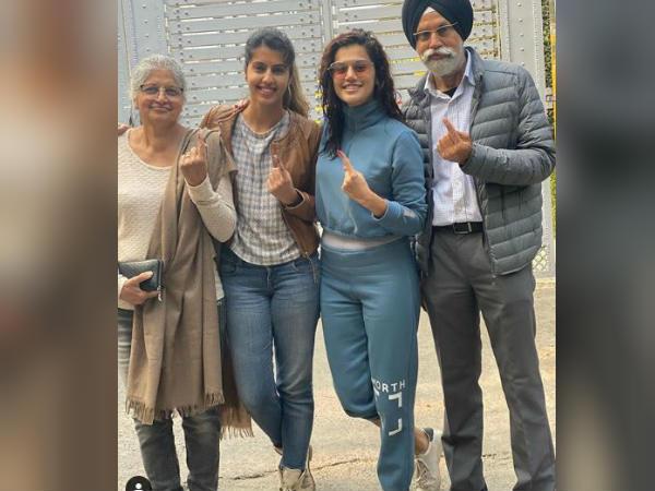 दिल्ली चुनाव 2020- तापसी पन्नू ने परिवार सहित डाला वोट- फोटो शेयर करते हुए बोली ये बात