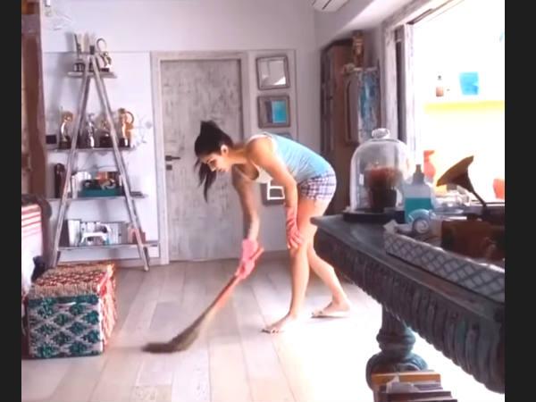 लॉकडाउन में बर्तन धोने के बाद, झाड़ू लगाती दिखीं कैटरीना कैफ, एक ट्विस्ट के साथ- देंखे वीडियो