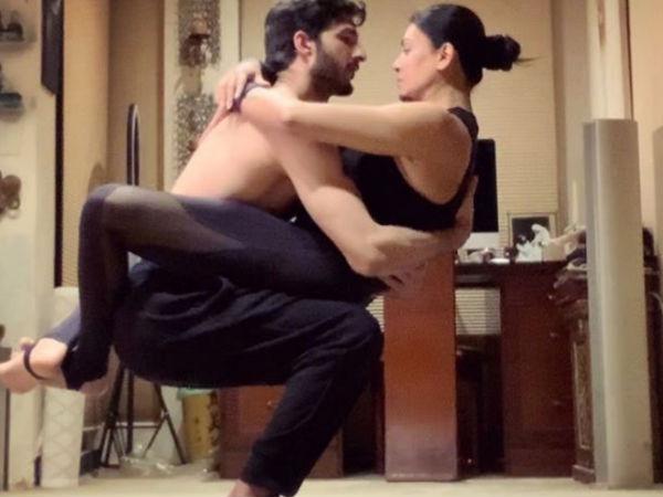 बॉयफ्रेंड के साथ सुष्मिता सेन का हॉट योगा- धड़ल्ले से वायरल हुईं तस्वीरें