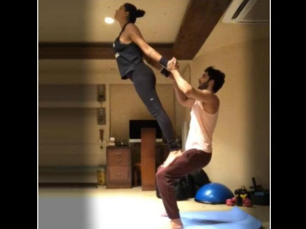 बॉयफ्रैंड के साथ सुष्मिता सेन का जबरदस्त योगा पोज- सोशल मीडिया पर वीडियो हुआ वायरल