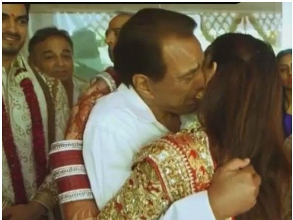 बेटी की विदाई में फूटकर रोए धर्मेंद्र, ईशा देओल ने Video शेयर कर पिता को किया याद!