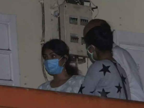 रिया चक्रवर्ती ने छोड़ा मुंबई, आधी रात खाली किया फ्लैट, सूटकेस में सामान भरा और निकल गईं - मैनेजर