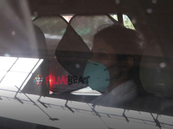 CBI पूछताछ के लिए जाते वक्त रिया चक्रवर्ती का फूटा गुस्सा, मीडिया को देख कार की खिड़की पर मारी कोहनी