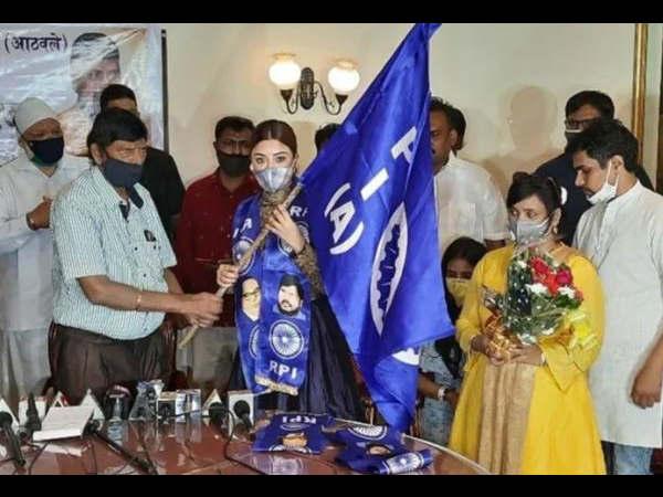 अनुराग कश्यप से विवादों के बीच पायल घोष ने थामा इस पार्टी का हाथ, मिला ये ओहदा