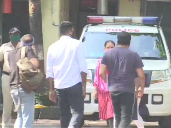 मुंबई पुलिस स्टेशन में अनुराग कश्यप से पूछताछ, पायल घोष ने लगाए गंभीर आरोप- PICS