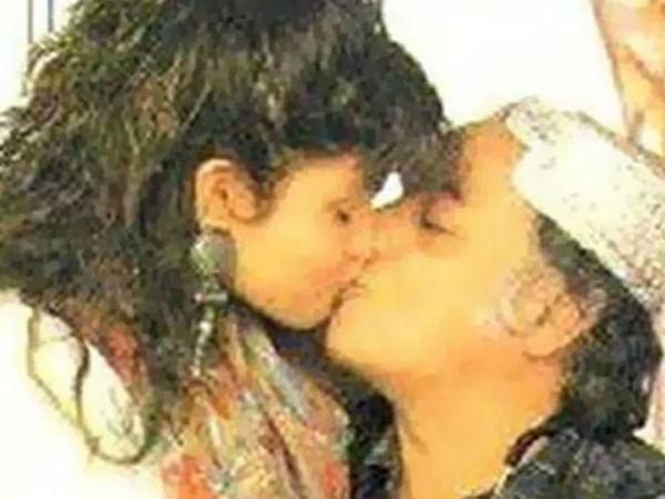 महेश भट्ट का बेटी के साथ किस फोटो