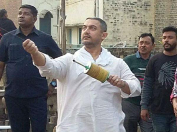 आमिर खान की बेटे के साथ पतंग बाजी