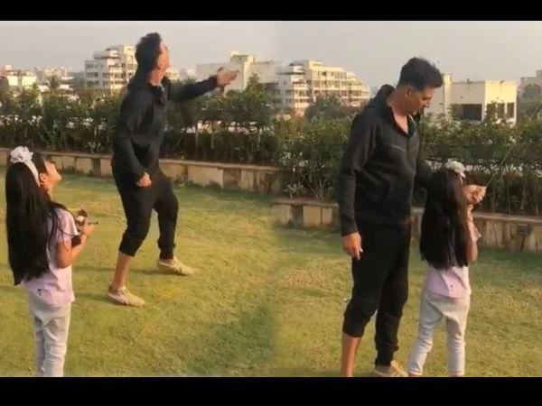 अक्षय कुमार का बेटी नितारा के साथ पतंग खेल